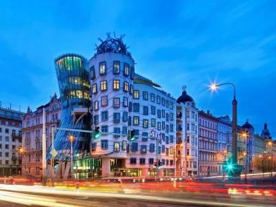 Tančící dům slaví 25 let, stal se jednou z ikonických staveb Prahy